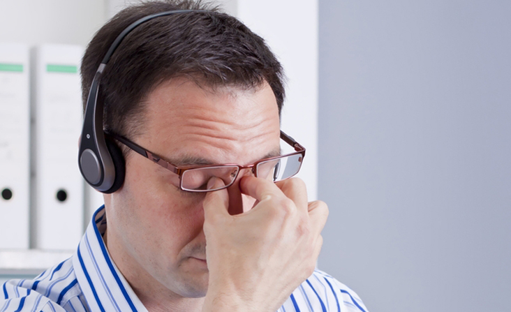 איש עם משקפיים ואוזניות
