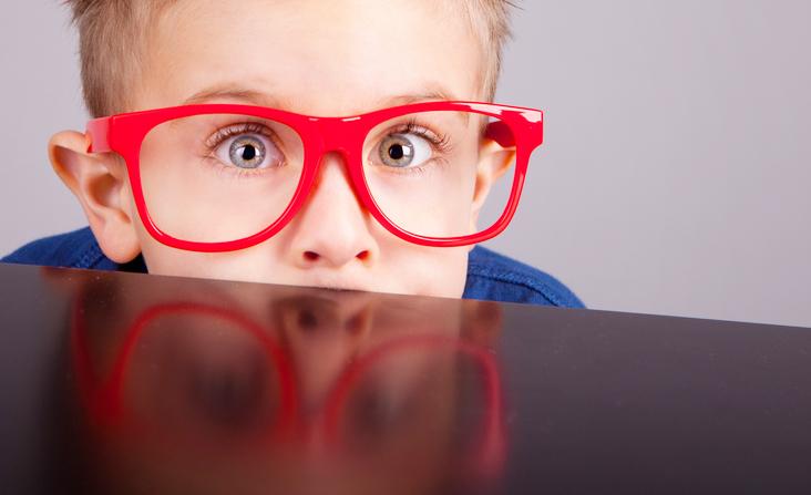 ילד עם משקפיים גדולות