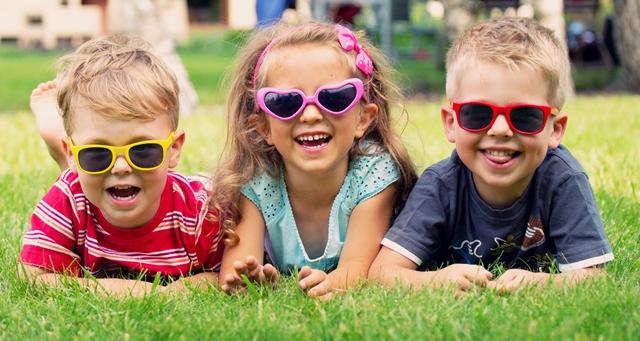 שלושה ילדים עם משקפי שמש
