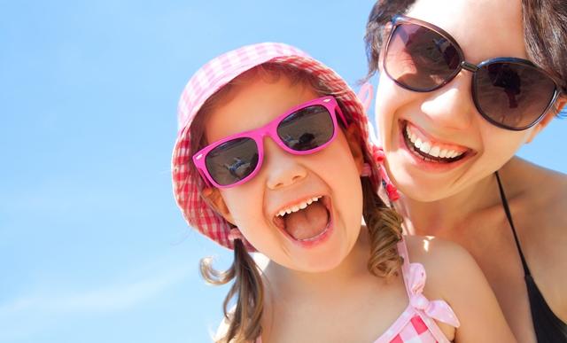 אמא ובת עם משקפי שמש