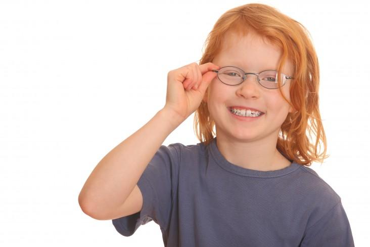 ילד עם משקפיים
