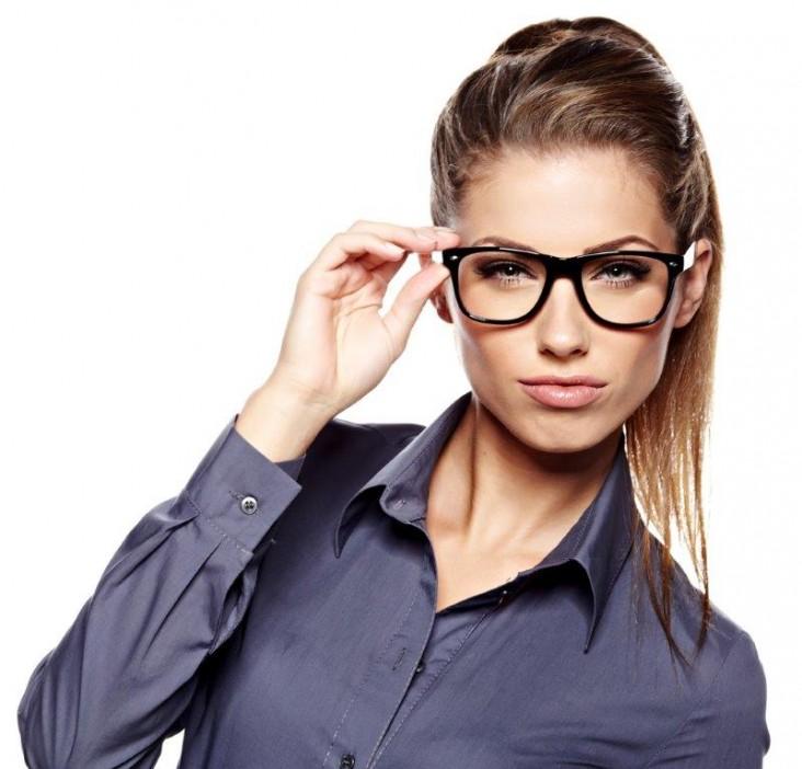 אישה משקפיים