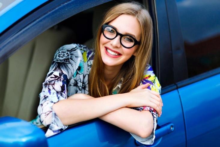 אישה ברכב עם משקפיים
