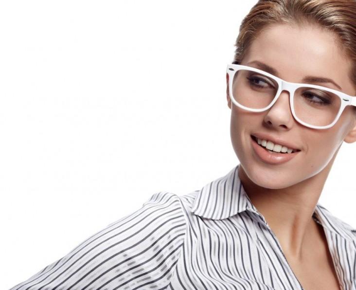 אישה עם משקפיים לבנות