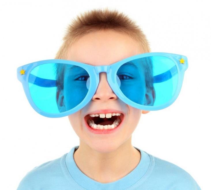 ילד עם משקפיים ענקיות