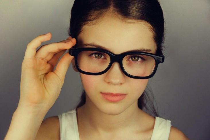 ילדה מרכיבה משקפיים