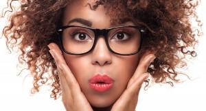 אישה מתולתלת מרכיבה משקפי מולטיפוקל ומסגרת מחמיאה