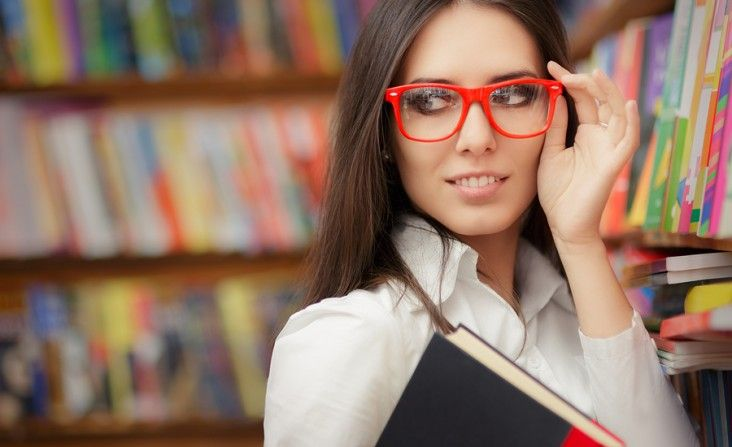 סטודנטית עם משקפיים