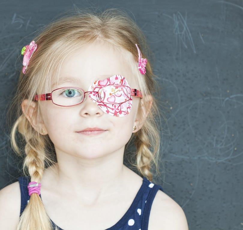 ילדה עם פלסטר על העין
